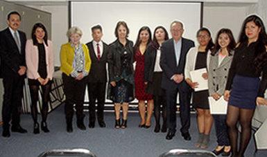 Integrantes del equipo directivo de la CONAMED con las y los pasantes de la carrera de Enfermería