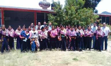 Capcitadores y artesanos de chiapas posan para la foto frente a las instalaciones del CDI