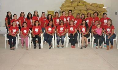 Mujeres cacahuateras de Chioux posando para la foto frente a unos costales de cacahuates.