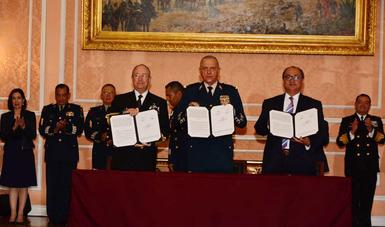 Dirigentes de SEMAR, SEDENA y SEP, mostrando la firma del Convenio de Colaboración.