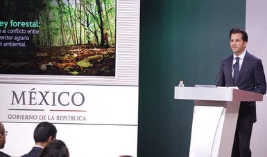 El Secretario de Medio Ambiente y Recursos Naturales, Rafael Pacchiano Alamán, expone logros durante conferencia de prensa.