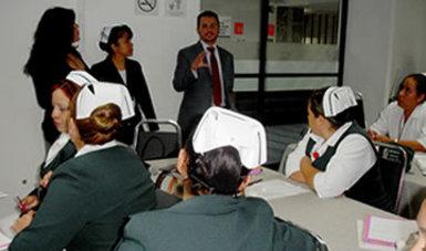 El maestro Isaí Arturo Salazar Pimentel explicando a las enfermeras