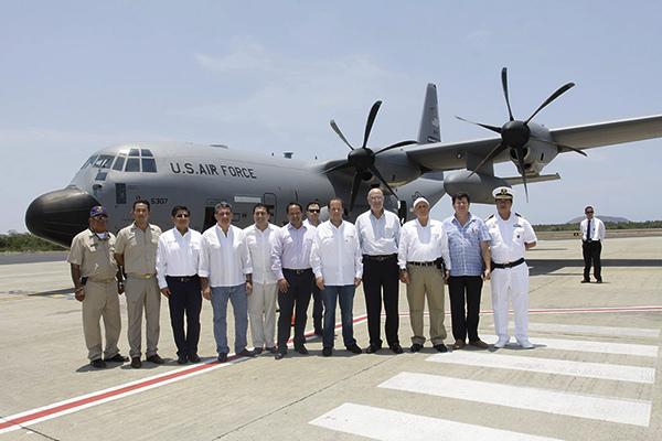 Juan José Guerra y David Korenfeld el llegada del avión cazahuracanes