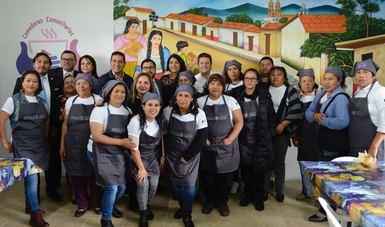 Voluntarias de comedor comunitario en compañía de los funcionarios