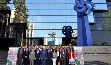 En la entrada principal de las oficinas centrales de FONATUR se encuentran los Directores de las diferentes Áreas del Fondo y los Delegados Regiones de FONATUR.