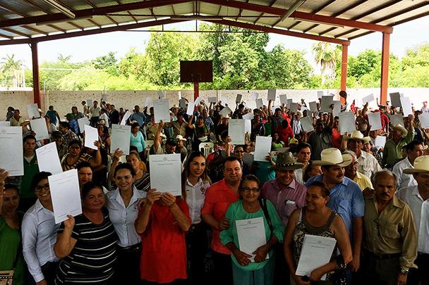 Beneficiarios de Sinaloa muestran los documentos agrarios que recibieron por parte de la SEDATU, a través del Registro Agrario Nacional, con los que tienen certeza jurídica sobre la propiedad de sus tierras.