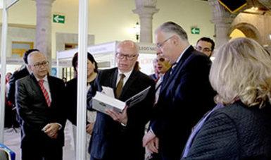 El Secretario de Salud, Doctor José Narro y el Director de la Facultad de Medicina de la UNAM, Doctor Germán Fajardo Dolci en la Feria del libro.