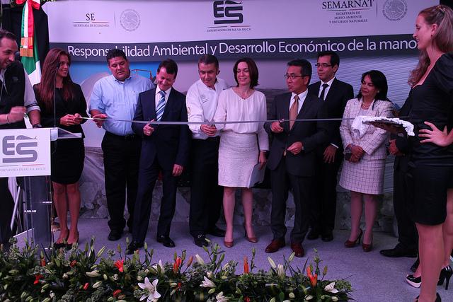 """La Oficial Mayor, Irma Gómez, en la inauguración de la exposición """"Responsabilidad Ambiental y Desarrollo Económico de la Mano""""."""