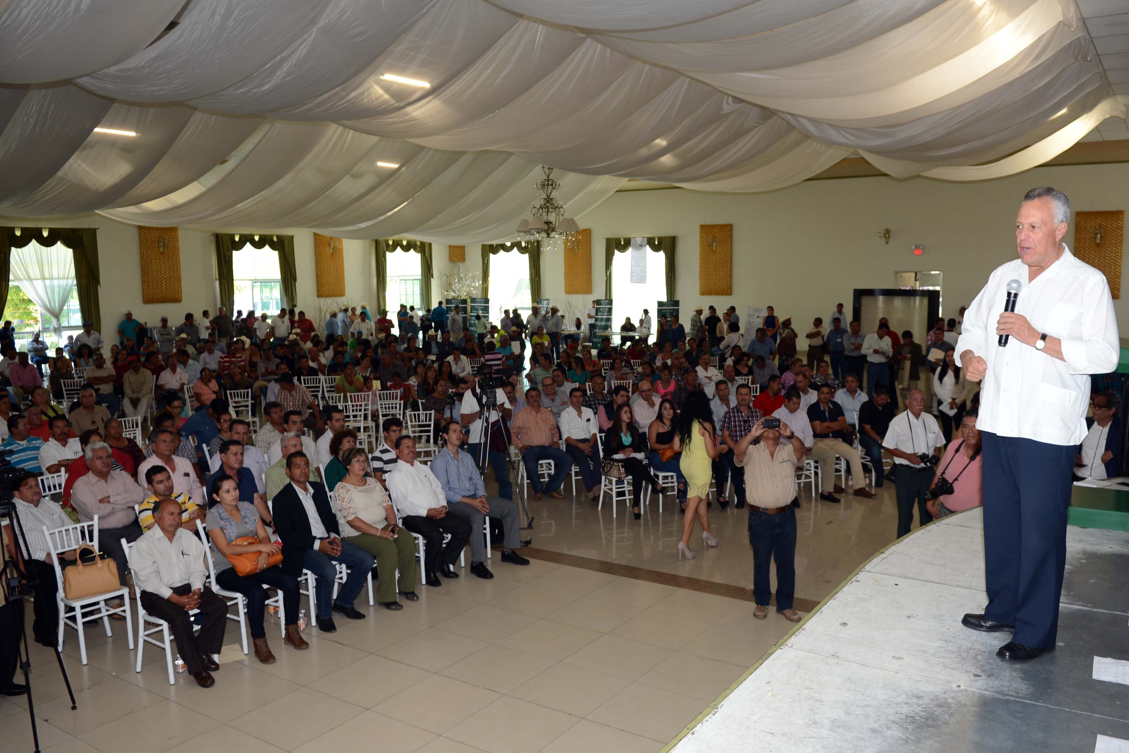 En la foto, el procurador agrario, Cruz López Aguilar, durante su participación en el evento en el que la SEDATU entregó 744 títulos y certificados a más de 500 campesinos de la región norte de Michoacán.