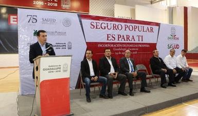 El comisionado nacional del Seguro Popular, Antonio Chemor Ruiz durante la Incorporación al Seguro Popular de familias beneficiarias del programa PROSPERA en el estado.