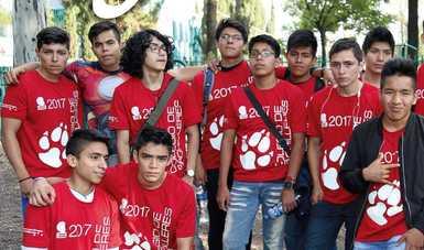 Portada, alumnos varones con playera institucional color rojo