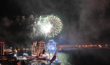 muelle de Veracruz con barcos de vela atracados y fuegos pirotécnicos en el cielos