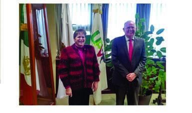 (de izq. a der.) La Rectora de la UPVT, Dra. Manzur Quiroga, y el Director General de AEM, Dr. Javier Mendieta