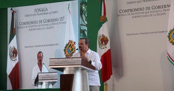 El secretario Enrique Martínez y Martínez y el gobernador Javier Duarte de Ochoa entregaron incentivos a la productividad, con la participación del Fondo Nacional de Garantía