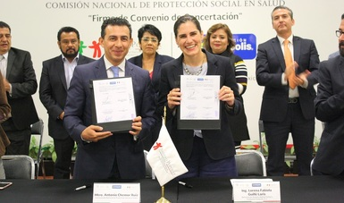 Antonio Chemor Ruiz, Comisionado Nacional del Seguro Popular y Lorena Guillé Laris, Directora de Responsabilidad Social y Fundación Cinépolis A.C. firman convenio para promover cirugía de cataratas.
