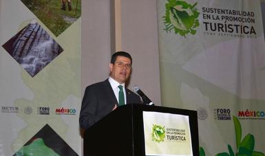 En el podio se encuentra Miguel Alonso Reyes, Director General de FONATUR,  exponiendo el tema La Gobernanza de Destinos Turísticos Sustentables.