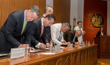 En la suscripción del Convenio participaron el titular de la COFEPRIS, Julio Sánchez y Tépoz, el Director General del INPer, Doctor Jorge Arturo Cardona Pérez