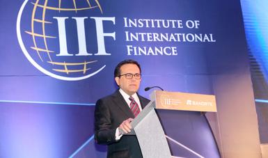 El Secretario Ildefonso Guajardo en el atril durante su oratoria el Foro del Instituto Internacional de Finanzas