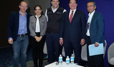 Imagen del  Presidente del INADEM acompañado por los participantes en la presentación del los programas