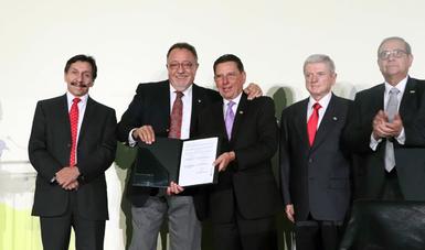 El director en jefe del SENASICA, Enrique Sánchez Cruz y el presidente de la ANETIF, Mario Gorena Mireles