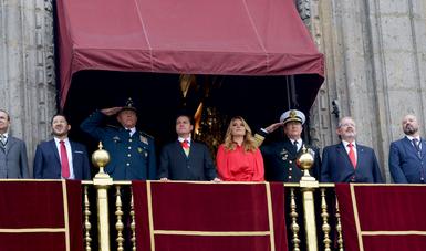 El Presidente Peña Nieto presenció el Desfile Militar acompañado por su esposa, Angélica Rivera de Peña; los representantes de los Poderes Legislativo y Judicial; los titulares de las Secretarías de Gobernación, de la Defensa Nacional y de Marina.
