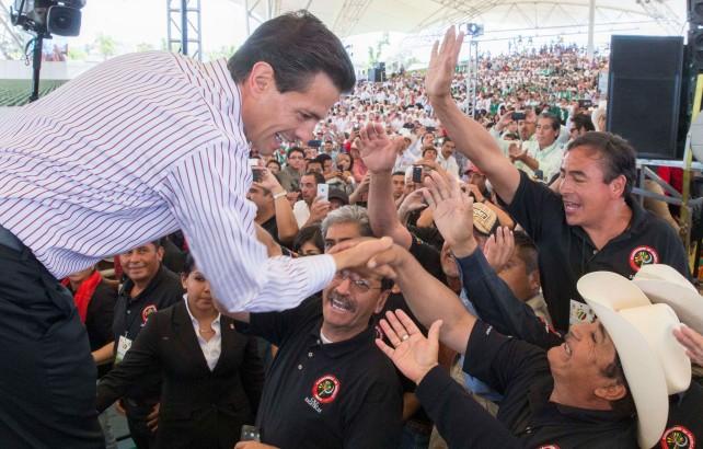 Presidente Enrique Peña Nieto saluda al llegar al 77 Congreso del Comité Ejecutivo Nacional de la Confederación Nacional Campesina.