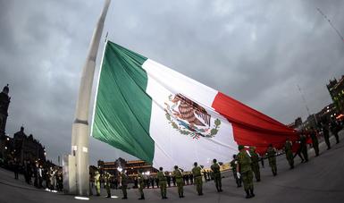 Se izó la Bandera Nacional a media asta en señal de duelo.