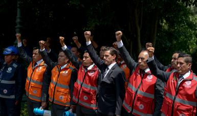 El Presidente Enrique Peña Nieto levantó el puño derecho en memoria de las personas que perdieron la vida en el sismo del 19 de septiembre pasado, y como símbolo de unidad y hermandad entre las y los mexicanos.