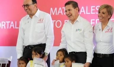Enrique Torres Rivera, el titular del Conafe, con José Rosas Aispuro, gobernador de Durango, y María del Pilar Espino, delegada estatal.