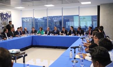 En la imagen aparece el Secretario de Economía en reunión con representantes mezcaleros