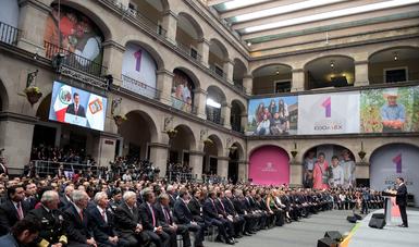 Acompañado de su esposa, Angélica Rivera de Peña, el Presidente Enrique Peña Nieto asistió al evento en el que el Gobernador del Estado de México, Alfredo del Mazo Maza, ofreció un mensaje con motivo de su Primer Informe de Gobierno.