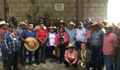 Grupo de productores de Zacatecas y Guerrero en una de las áreas del proceso del agave.