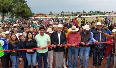 El subsecretario Gustavo Cárdenas, autoridades municipales y habitantes de las comunidades de Santiago Yeche y Mavoro cortando el listón.