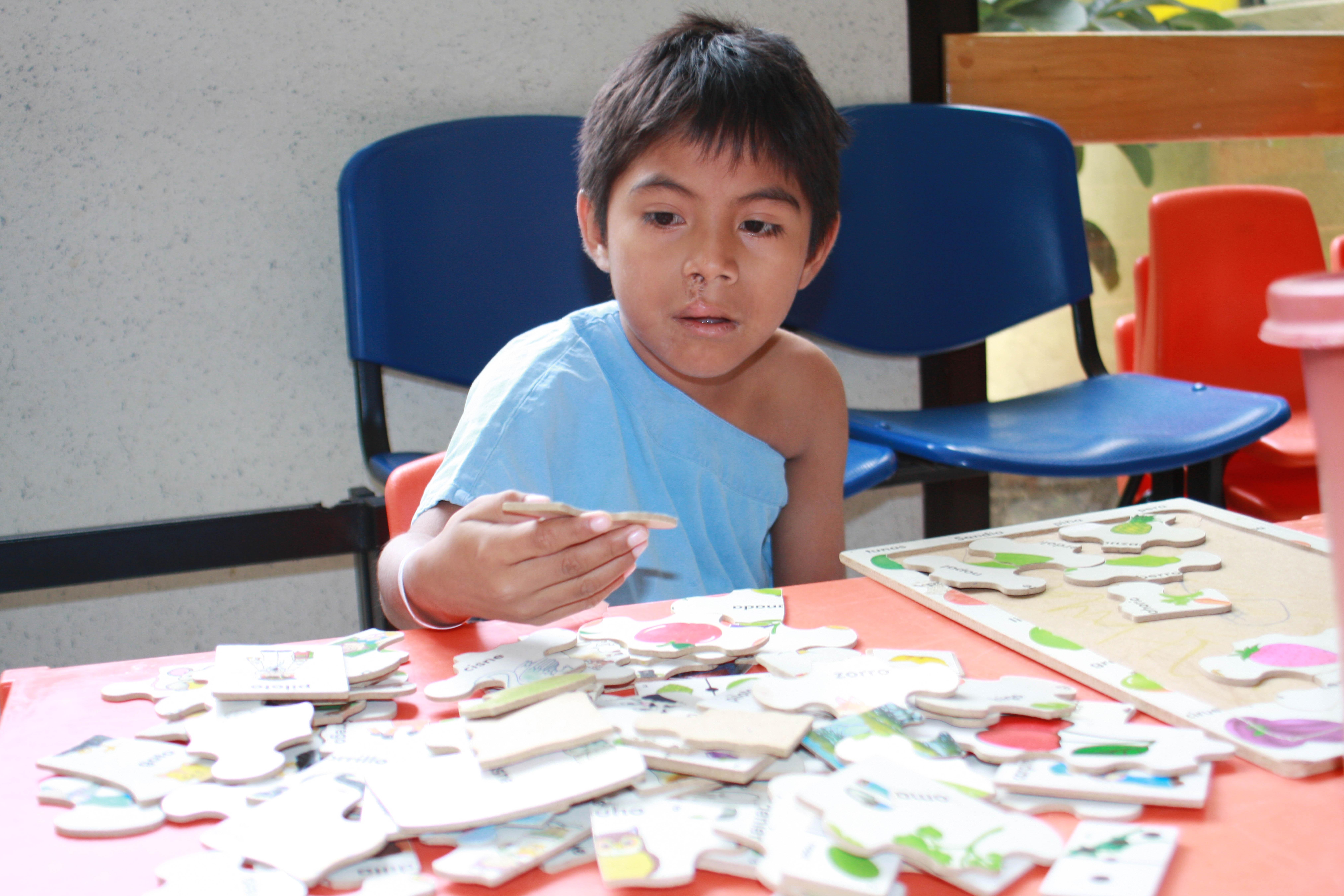 Devolviendo a un niño una carita feliz.