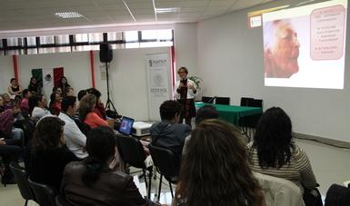 Enfermera geriátrica, Myriam García, especialista del Inapam, explicando que son los cuidados paleativos frente a varias mujeres y hombres.