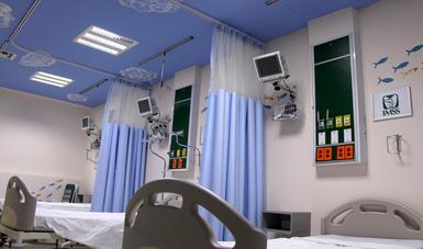 Cuarto de hospitalización acondicionado para la atención de niñas y niños con cáncer, el techo es azul y tiene dibujadas nubes para simular el cielo. Además las paredes tienen pintados peces de colores.