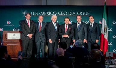 El Secretario de Economía junto a Juan Pablo Castañón, Moisés Kalach y otros recibiendo reconocimiento del del US-México CEO Dialogue