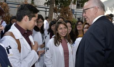 Estudiantes del Gea González hablando con el Dr. José  Narro Robles.