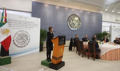 La secretaria Rosario Robles en el podium dando discurso