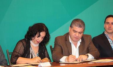 Funcionarios de Conadic y del Gobierno de Coahuila firman convenio.