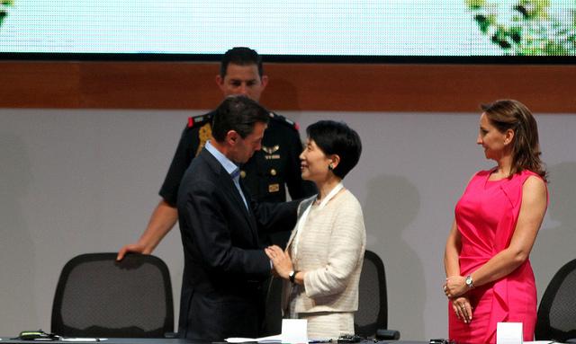 EL Presidente Peña Nieto con la Secretaria de Medio Ambiente de Indonesia, Balthasar Kambuaya.