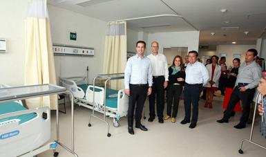 Director General del IMSS, Tuffic Miguel, en recorrido por área de camas del nuevo hospital de Querétaro, acompañado de otros funcionarios del Seguro Social.