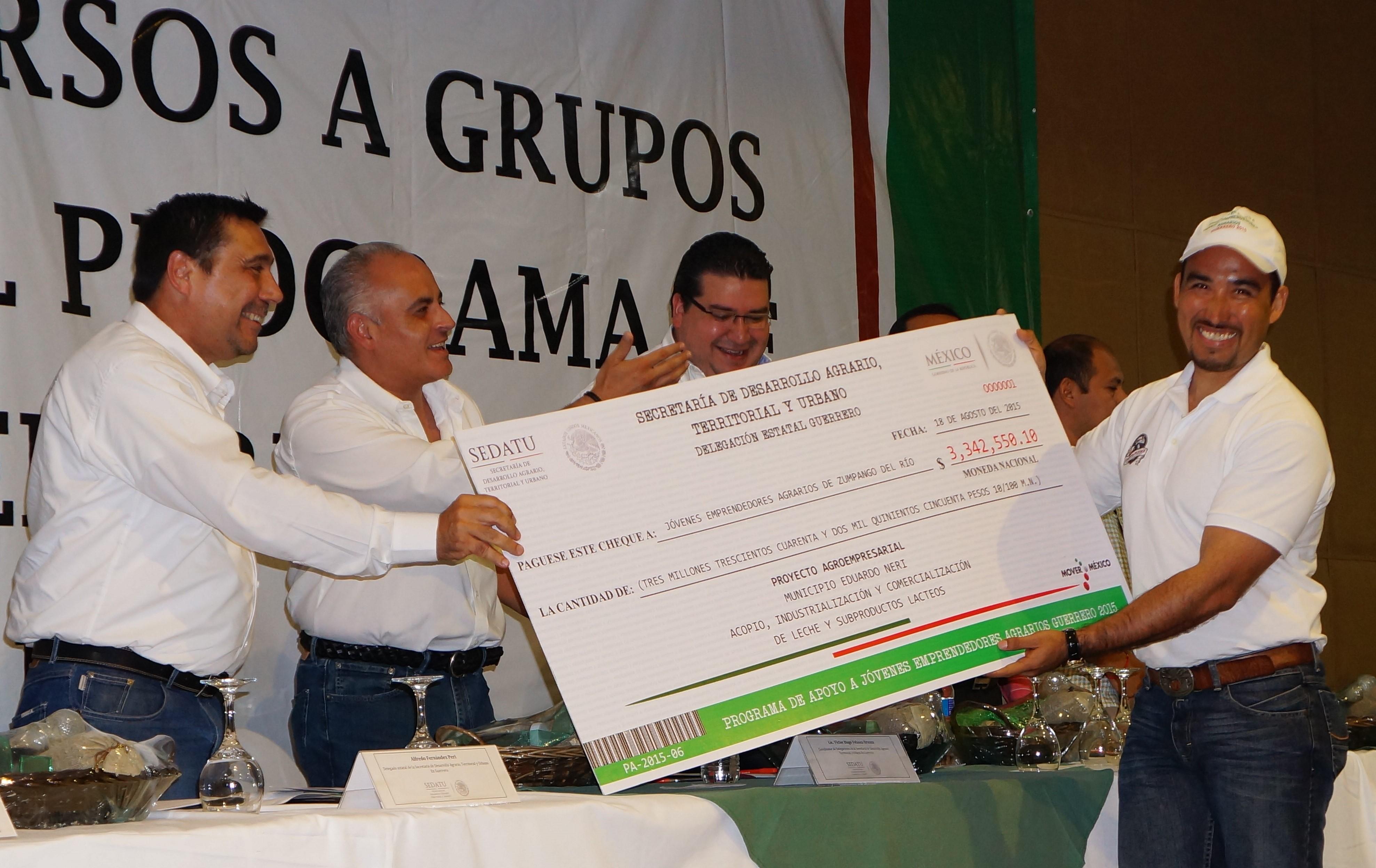 En la imagen, se entregan cheques a jóvenes de diez municipios guerrerenses.