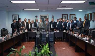 Roberto Campa Cifrián, Secretario del Trabajo y Previsión Social, con integrantes del gremio azucarero y de La Convención Revisora del Contrato Ley de las Industrias Azucarera, Alcoholera y Similares de la República Mexicana