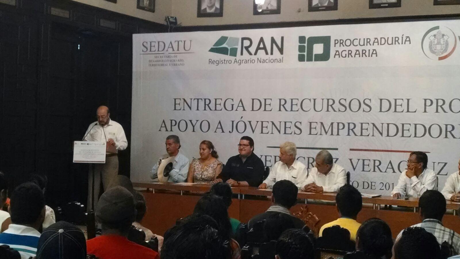 El  coordinador general de delegaciones y el delegado estatal de SEDATU asisten al acto de entrega de recursos a los jóvenes emprendedores.