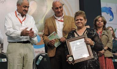 La SAGARPA otorgó el Premio Nacional de Sanidad Animal 2018 a Nélida Jiménez González por su destacada labor en el ramo de la medicina veterinaria zootecnista, en favor de la salud animal en nuestro país.
