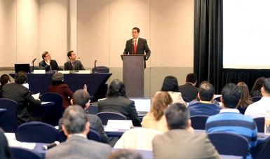 El Subsecretario, Juan Carlos Baker en el podium, frente a los asistentes del Seminario para periodistas sobre la OMC
