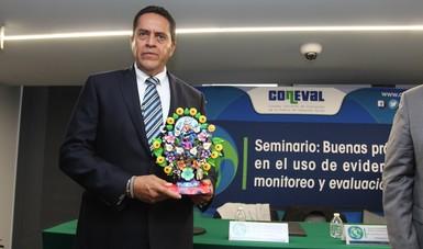 El director de CONAFOR, Arturo Beltrán, sostiene el reconocimiento otorgado a CONAFOR por CONEVAl.