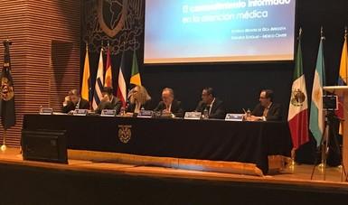 Dr. Miguel Ángel Lezana Fernandez, Director General de Difusión e Investigación de la CONAMED y más personalidades en la mesa sobre Derecho a la Salud, Controversias Médicas y Legislación en las normativas nacionales.