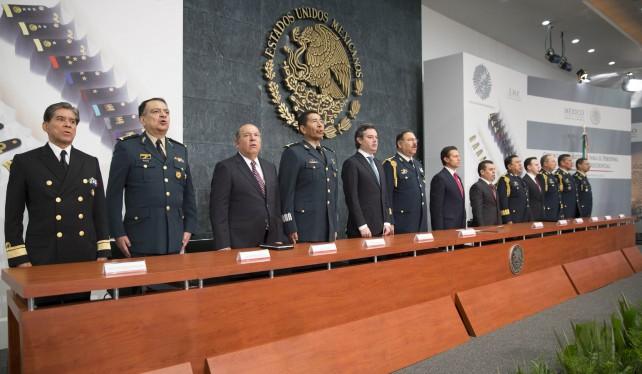 El Presidente de la República, Enrique Peña Nieto, entregó hoy ascensos al personal del Estado Mayor Presidencial (EMP), y destacó el honor, valor y lealtad a toda prueba con que este órgano técnico militar ha servido al Titular del Ejecutivo Federal